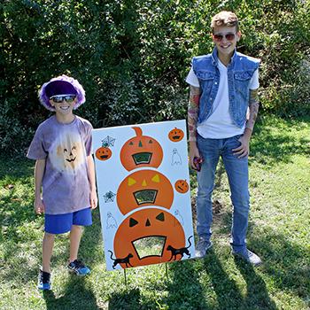 Pumpkin-Fest-volunteers-web_4709